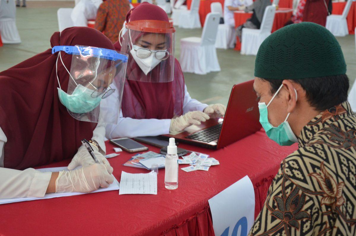 Tenaga kependidikan melakukan registrasi pelaksanaan vaksinasi massal, di Gelanggang Olah Raga JK Arenatorium, Kamis (4/3). Foto : Friskila/IDENTITAS